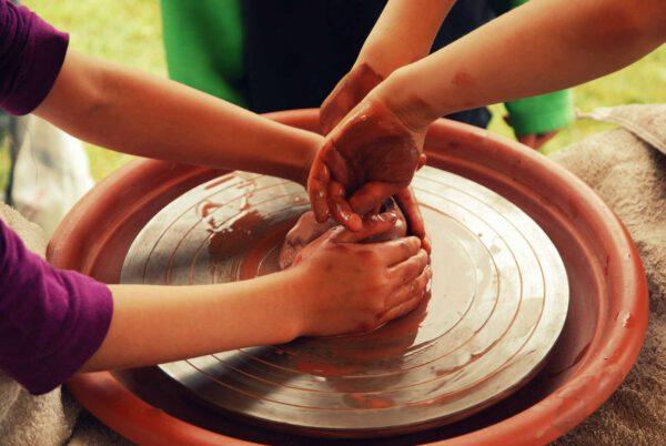Koventinka děti hrnčířský kruh
